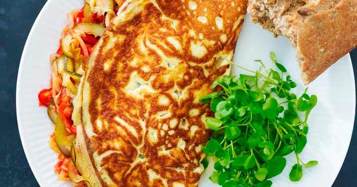 Omelet fyldt med ratatouille