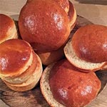 Søde, bløde brioche-burgerboller i en lidt sundere og grovere udgave