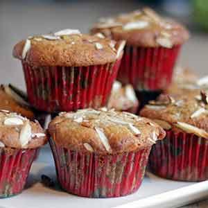 Glutenfri muffins med pære, mandler, vanilje og kanel.