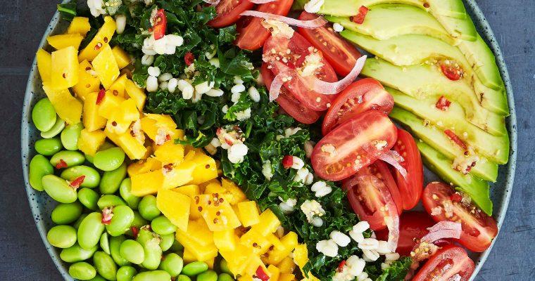 Rainbow bowl med edamamebønner, avocado og mango