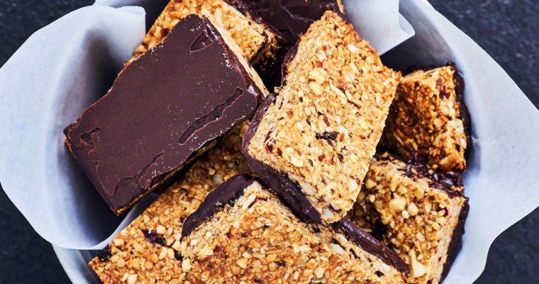 Glutenfri energibar med nødder og kaffe