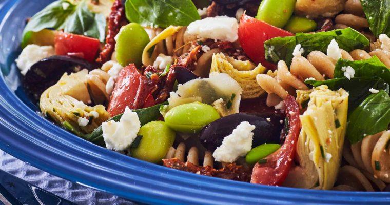 Lun pastasalat med artiskok, tomat og oliven