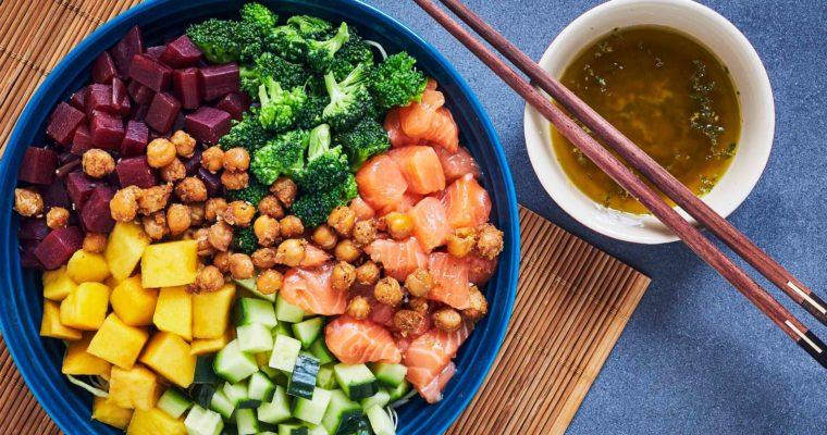 Poke bowl med laks, rødbeder og misodressing