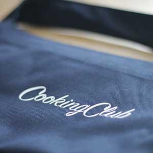 Køb dit eget lækre CookingClub-forklæde i marineblå bomuld. Kun 199 kroner inkl. forsendelse. Klik og læs mere.