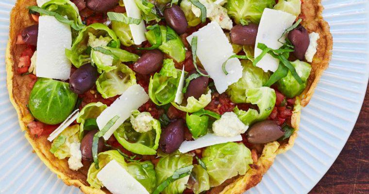 Pizza med tomatrelish og marineret rosenkål
