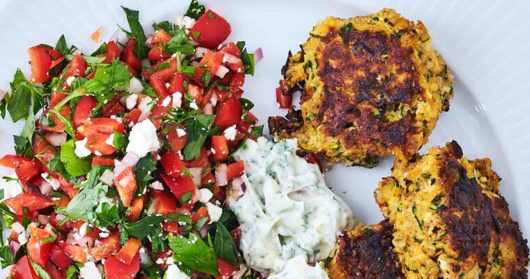 Antiinflammatoriske squashfrikadeller med rød peber-salat