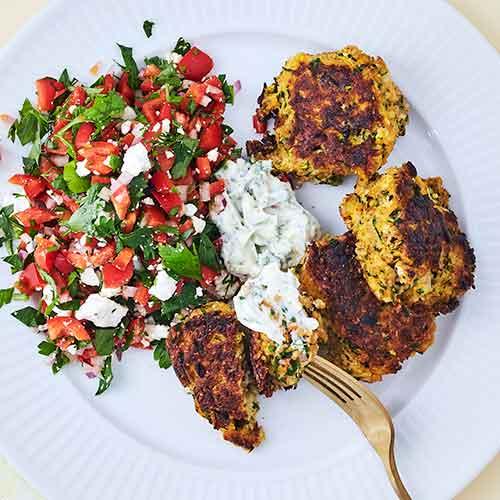 Nem, lækker og sund aftensmad: Antiinflammatoriske squashfrikadeller med rød peber-salat.
